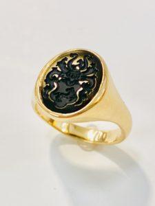 Siegelring in 750 Gelbgold, Wappen, Wappengravur in schwarzem Onyx